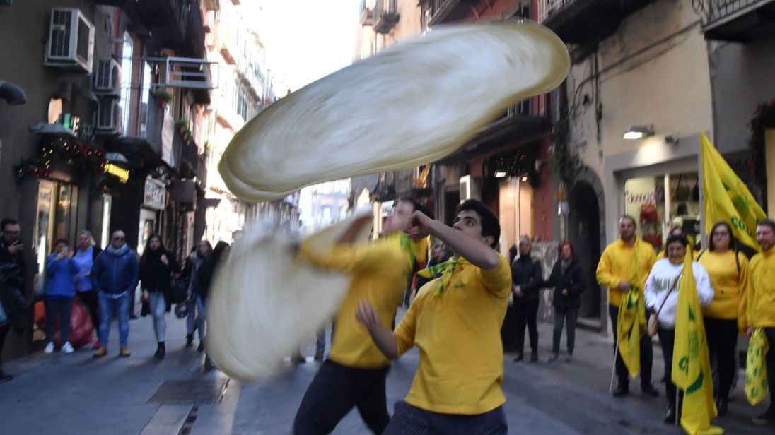 skynews-pizza-twirling-naples_4176287